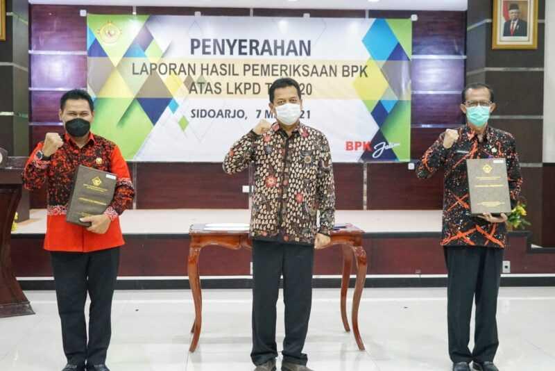 Bupati Magetan, Suprawoto bersama Ketua DPRD Magetan, Sujatno dan Kalan BPK Jawa Timur, Joko Agus Setyono. ( Istimewa).