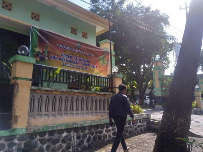 Posko Pengaduan THR Kantor Disnaker Kabupaten Magetan. (Rifqi/MagetanToday).