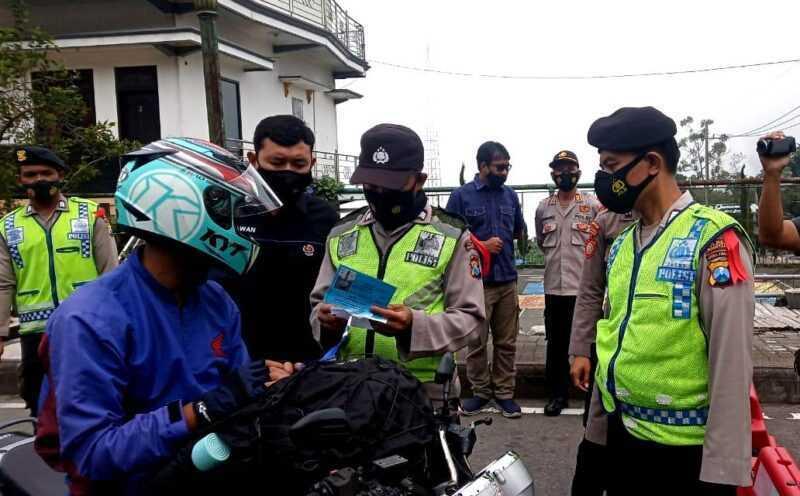 Personil Kepolisian Resor Magetan Memeriksa Berkas Pengendara Jalan Di Perbatasan Jatim- Jateng. ( Rifqi/MagetanToday)