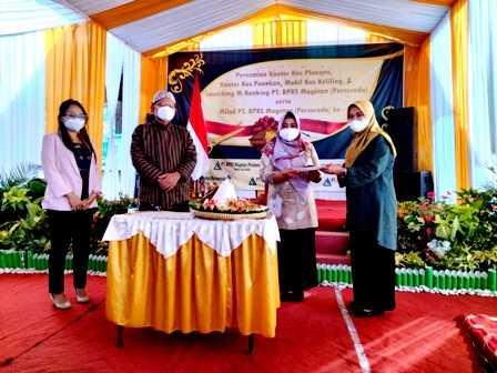 Wakil Bupati Magetan, Nanik Endang Rusminiarti Menyerahkan Potongan Tumpeng Kepada Endah Kundarti, Dirut BPR Syariah Magetan. ( Norik/MagetanToday).