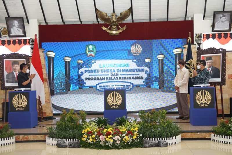 Bupati Magetan, Suprawoto, Ketua DPRD Magetan Sujatno serta Warek I Bidang Akademik UNESA,  Bambang Yulianto melaunching pembukaan PSDKU UNESA di Magetan./MagetanToday.