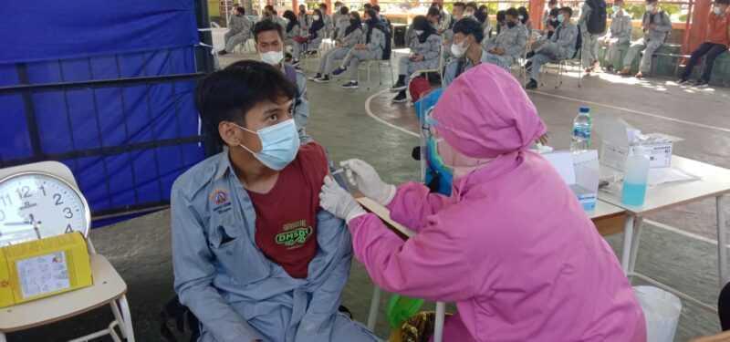 Salah satu siswa SMKN 1 Bendo Disuntik Vaksin. (Ist Untuk MagetanToday)