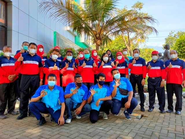 Dirut RSDS Magetan drg. Ratnawati bersama Kepala DLH Magetan serta Plt Kepala Dinkes Magetan dr. Rahmad Hidayat serta sejumlah pegawai RSDS Magetan. ( Norik/MagetanToday).